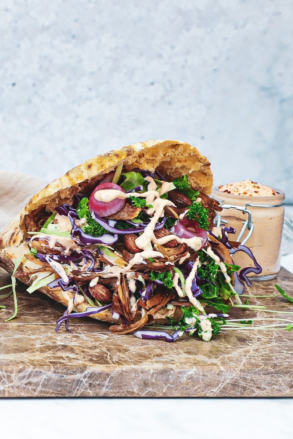 Pulled lamb pita - Opskrift med kålsalat og chilidressing